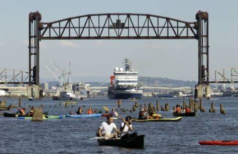 En Portland, Oregon, una coalición de ambientalistas obstaculizó hace unos días la salida rumbo al Ártico del buque rompehielos de la empresa petrolera Shell con una flotilla de kayaks en el puente sobre la salida del puerto, en protesta por el inicio de operaciones de perforación en una de las zonas ecológicas más vulnerables del planetaFoto Ap