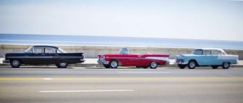 Los tres Chevrolets clásicos que permanecieron parqueados frente a la Embajada de los EEUU, en el Malecón habanero, durante la ceremonia oficial de izamiento de la bandera a la que asistió John Kerry. Foto: Pablo Martínez/ AP