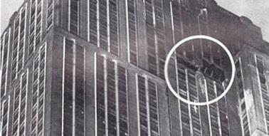 El avión militar B-25 impactó en el emblemático edificio neoyorquino, entre los pisos 79 y 80, justamente en el lugar señalado en la foto. Foto: Juventud Rebelde