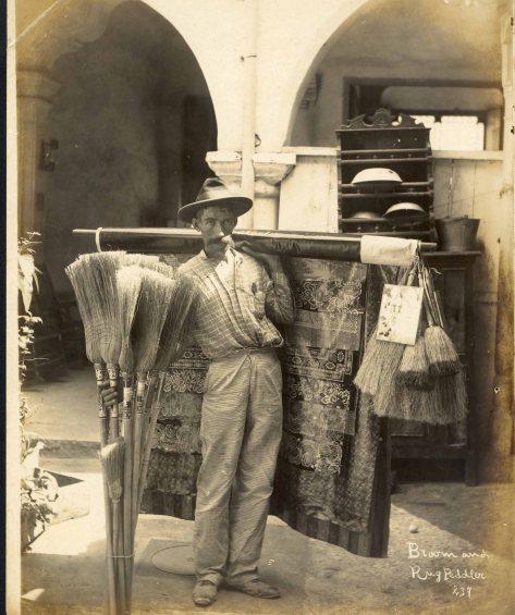 Vendedor de alfombras y escobas