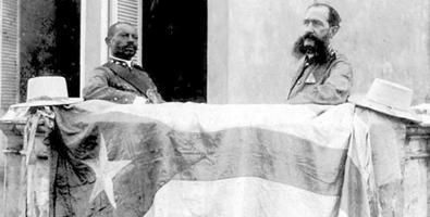 El Mayor General, junto al coronel Augusto Arnao, con la bandera de la invasión. Foto: Juventud Rebelde