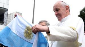papa francisco con bandera argentina