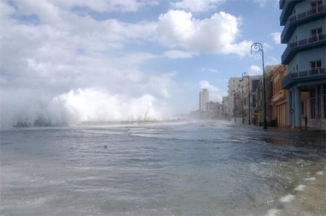 giant-waves-flood-havana-cuba-1