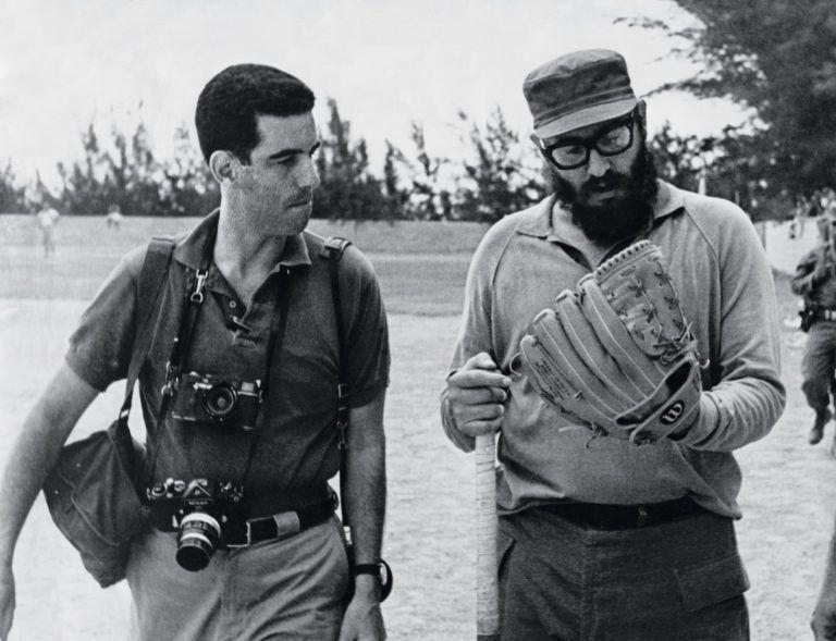 En-un-terreno-de-béisbol-junto-al-fotógrafo-Lee-Lockwood-1964-768x589