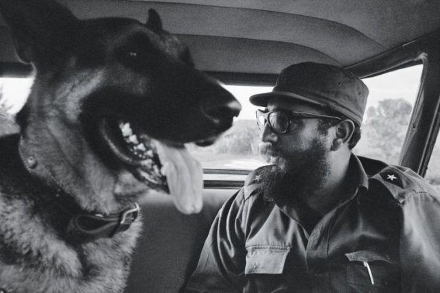 Fidel-con-su-perro-Guardián-1965.-Foto-Lee-Lockwood-Fuente-Libro-La-Cuba-de-Fidel-768x512