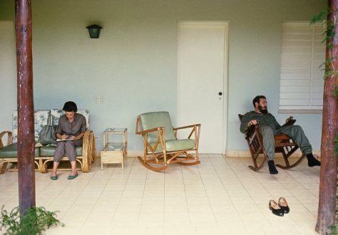 Fidel-descansando-en-el-portal-de-una-casa-de-visita-en-la-Isla-de-Pinos.-En-el-otro-extremo-Celia-Sánchez-hace-apuntes-1965.-Foto-Lee-Lockwood-Fuente-Libro-La-Cuba-de-Fidel-1-768x536
