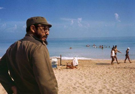 Fidel-en-la-playa-de-Varadero-cerca-de-La-Habana-1964.-Foto-Lee-Lockwood-Fuente-Libro-La-Cuba-de-Fidel-768x535