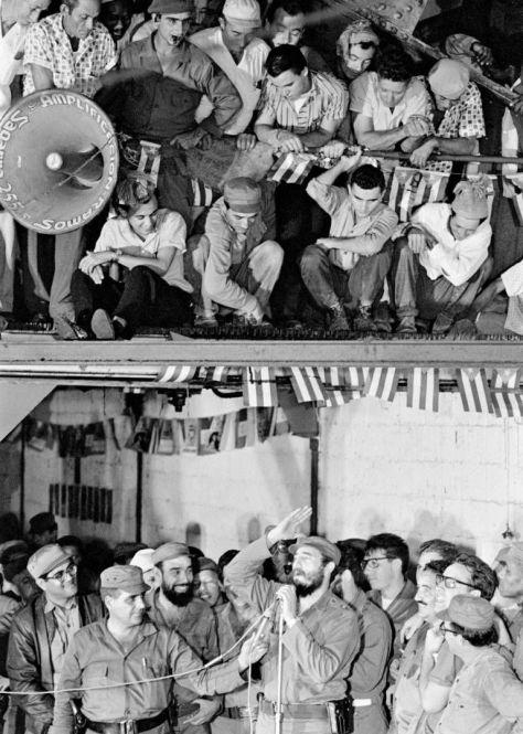 Fidel-habla-con-los-trabajadores-1965.-Foto-Lee-Lockwood.-Fuente-Libro-La-Cuba-de-Fidel