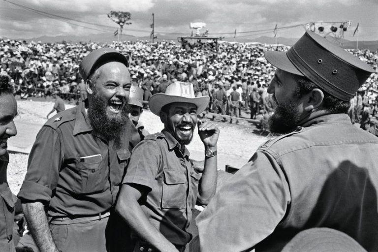 Fidel-sonriente-junto-a-Almeida-y-el-dr.-René-Vallejo-768x512
