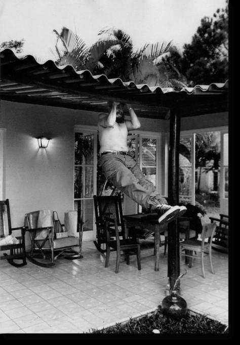 Fidle-haciendo-ejercicios-en-una-casa-de-Isla-de-Pinos-1965-768x1104