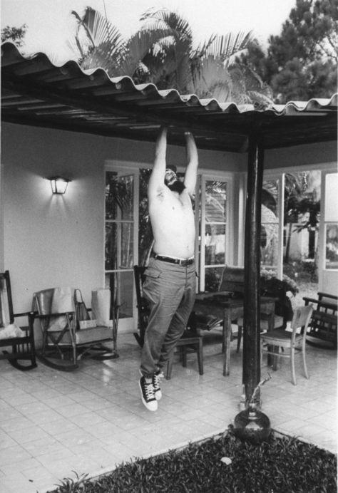 lee-lockwood-fidel-castro-portrait-Haciendo-ejercicios-durante-una-estancia-en-Isla-de-Pinos-1965