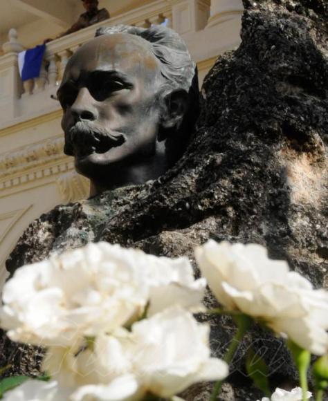 bust de martí con rosas blancas